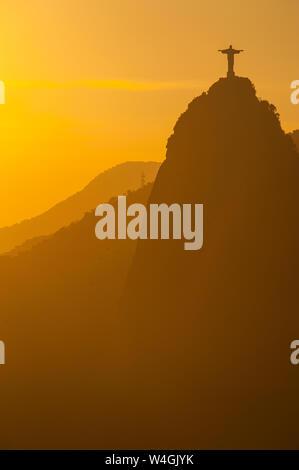 Vue depuis le mont Sugarloaf au Christ Rédempteur à rétroéclairage, Rio de Janeiro, Brésil Banque D'Images