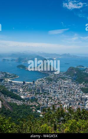 Outlook à partir de la statue du Christ Rédempteur à Rio de Janeiro, Brésil de Sugarloaf Mountain Banque D'Images