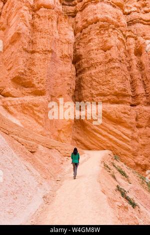 Femme portant sa fille dans un porte-bébé marche sur chemin, Bryce Canyon, Utah, USA Banque D'Images