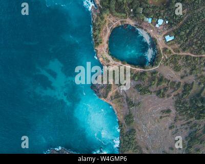 Vue aérienne de la plage cassée, Nusa Penida island, Bali, Indonésie Banque D'Images