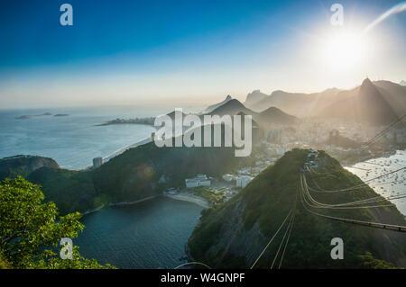 Vue depuis le mont Sugarloaf au coucher du soleil, Rio de Janeiro, Brésil Banque D'Images
