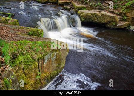 UK,South Yorkshire,Sheffield,River Cascades Rivelin en automne Banque D'Images