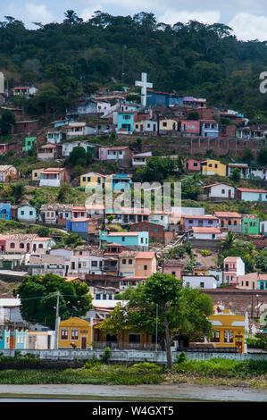 Donnent sur plus de maisons colorées à Cachoeira, Brésil Banque D'Images