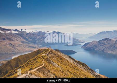 Femme debout en montagne, Roys Peak, Lake Wanaka, Nouvelle-Zélande Banque D'Images