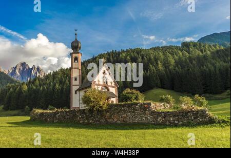 Église Saint-Jean en face de la montagne, vallée de Odle Funes, Dolomites, Italie Banque D'Images