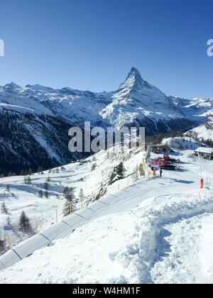 Matterhorn (Cervin, Cervin) dans les Alpes suisses, recouvert de neige, sur fond de ciel bleu, Suisse Banque D'Images