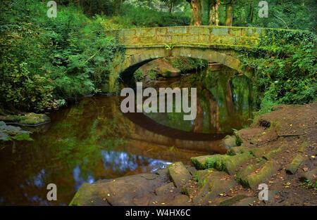 UK,South Yorkshire,Sheffield Rivelin Valley,Rivière,Pont Packhorse & Réflexions Rivelin Banque D'Images