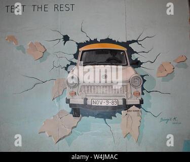 BERLIN - 18 avril 2019: Trabi, peint à l'extérieur par l'artiste Birgit Kinder sur un tronçon du Mur de Berlin. Banque D'Images