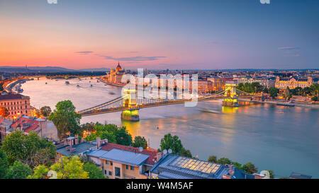 Budapest, Hongrie. Aerial cityscape image du panorama avec Budapest Pont des Chaînes et le Parlement pendant l'été, le coucher du soleil. Banque D'Images