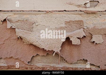 Libre de morceaux de papier déchiré sur mur de brique peinture façade sur l'extérieur. Notion d'impact environnemental sur les bâtiments Banque D'Images