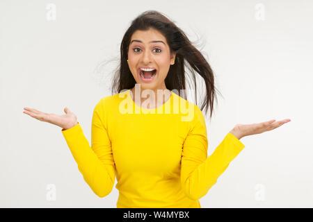 Une femme criant avec ses bras étirés