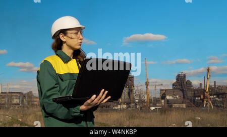 Le portrait de femme ingénieur ou architecte. portrait of female architect with helmet looking at camera Banque D'Images