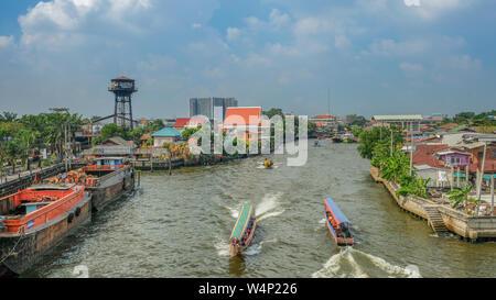 Bangkok, Thaïlande - 14 décembre 2017: canal qui traverse la ville de Bangkok entre les maisons au bord du canal et les petits bateaux Banque D'Images