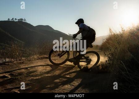 Homme mûr équitation vtt sur le sentier à San Diego, Californie Banque D'Images