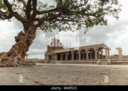 Voir à travers les arbres abandonnés à Vittala Temple à Hampi, Karnataka, Inde Banque D'Images