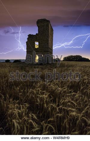 Tempête électrique au-dessus d'un château du centre de l'Espagne Banque D'Images