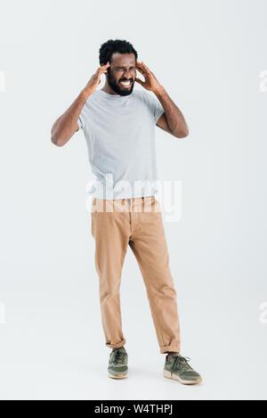 Young african american man avoir maux de tête isolé sur gray Banque D'Images