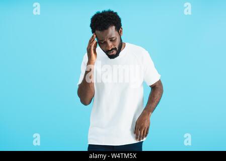 African American man avoir maux de tête isolé sur blue Banque D'Images