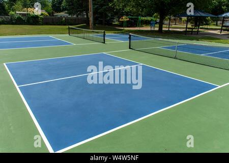 Le sport de loisirs de pickleball cour dans le Michigan, USA à vide à un nouveau bleu et vert au cour d'un parc extérieur. Banque D'Images