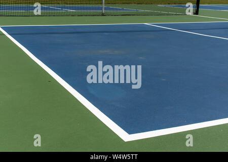 Le sport de loisirs de pickleball cour dans le Michigan, USA à vide à un nouveau bleu et vert au cour d'un parc extérieur. Vue du sol. Banque D'Images