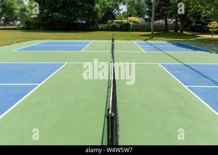 Le sport de loisirs de pickleball cour dans le Michigan, USA à vide à un nouveau bleu et vert au cour d'un parc extérieur. Vue sur la cour centrale. Banque D'Images