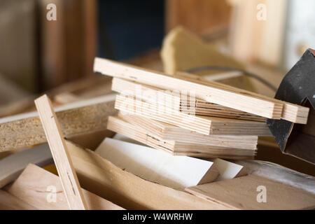 Un des piliers de bois et de grosses planches par l'atelier de meubles sont prêts à travailler joiner, selective focus Banque D'Images
