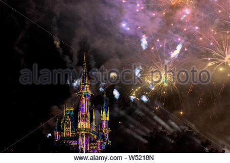 Des lumières stroboscopiques et d'artifice illumine le Château de Cendrillon dans la nuit dans le Walt Disney's Magic Kingdom parc à thème. La célèbre place est l'un des Banque D'Images