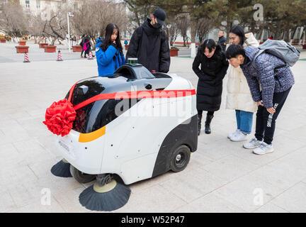 Niveau 4 conduire un véhicule autonome de nettoyage fonctionne sur le campus de l'Université normale de la Mongolie intérieure à Hohhot, Chine du nord, la Mongolie intérieure de l'Autonomo