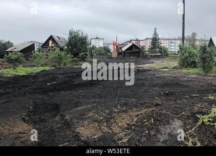 Tulun, la Russie. 26 juillet, 2019. TULUN, région d'Irkoutsk, Russie - le 26 juillet 2019: une vue sur les débris dans la ville d'inondations Tulun. Depuis le début de juillet flash les inondations ont endommagé 10 900 vivaient dans des maisons par 42 700 résidents dans 109 villes, 11 000 habitations, 86 équipements sociaux, 49 sections d'autoroutes, 22 ponts routiers dans la région d'Irkoutsk. Andrei Berezkin/crédit: TASS ITAR-TASS News Agency/Alamy Live News Banque D'Images