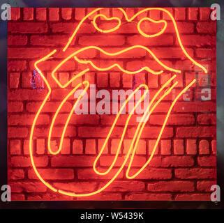 Rock les lèvres avec la langue, avec lumière néon Banque D'Images