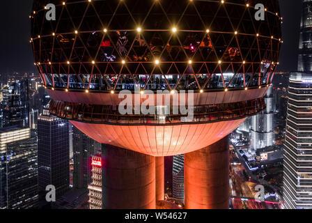 Une vue de la nuit de l'Oriental Pearl TV Tower dans le quartier financier de Lujiazui à Pudong, Shanghai, Chine, le 8 décembre 2018. Banque D'Images