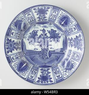 Plat avec un 'fissures' décoration, plat en porcelaine, décor peint en bleu. Sur l'étagère un vase de fleurs dans un cartouche, en forme d'étoiles autour de la cartouche, 4 demi-lotus stylisé. Le mur est divisé en compartiments contenant des sprays de fleurs et symboles de la chance. Entre les cases d'une boîte plus petite avec un diamant et des rubans. Le mur extérieur avec une vrille fleur continue. Proen sur le dessous. Le japonais l'imitation de la Chinese kraak porcelaine. Arita, bleu et blanc., anonyme, le Japon, l'c. 1650 - c. 1674, période Edo (1600-1868), Porcelaine, glaçure (matériel), le cobalt (minéral), la vitrification, h 8 Banque D'Images