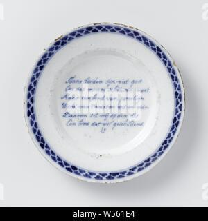 Assiette peinte avec un verset: Tinne plaques ne sont pas bien // parce que les gens ont besoin de faire ... Une plaque qui est peint // assiette de faïence. Peint en bleu avec un verset et une frontière décorées. Le verset se lit comme suit: Tinne plaques ne sont pas bien // parce que les gens ont à faire // Mais une plaque de porceline // deviennent blanches et propres // c'est pourquoi il est mis en liberté sur le disque // une plaque qui est peint // EST., anonyme, Delft, c. 1740 - c. 1755, D. 22,5 cm