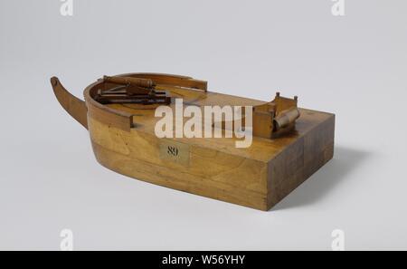 Modèle de deux conceptions différentes de la position sur l'Arc, Sketchy modèle de blocs et de flottaison modèle d'un navire avec des armes à feu avant la bombe à tour de diapositive, incomplète. Il dispose d'une dérive, le beaupré et poutres de grue sont manquants, et une broche à rôtir est monté à l'arrière. Le canon avec une diapositive rotative tourne sur des cercles tournant laiton insérée dans le pont: un grand cercle au milieu, et les petits cercles tournant sur chaque côté de la proue. Les rayures et trouble les clous dans le pont indiquent d'autres positions de la rampe. Les trous de la voûte sont indiquées avec la peinture noire. Ils sont situés au-dessous du pont