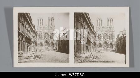 Vue de la cathédrale de Reims, Reims. Rue de la Cathéral et 1917 (titre sur l'objet), l'église (extérieur), rue, Reims, anonyme, 1917, carton, papier photographique, argentique, h 85 mm × W 170 mm Banque D'Images