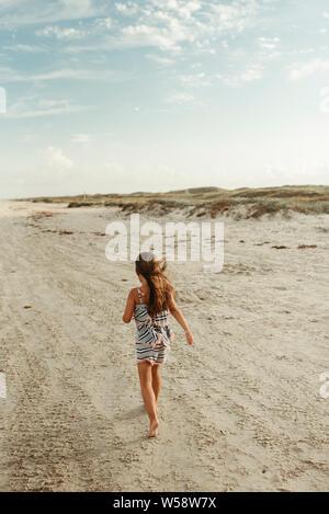 Petite fille qui marche sur la plage de Corpus Christi au Texas