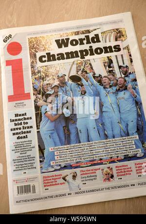 J'ai gros titre de journal sur la page avant de l'équipe Angleterre Coupe du monde de cricket célébrer gagner championnat contre la Nouvelle-Zélande 'Champions du Monde' London England UK