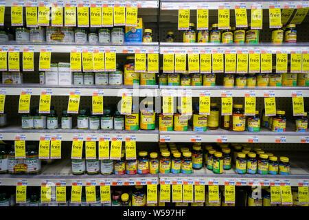 Une sélection de vitamines sur les étagères d'une pharmacie à New York lors d'une vente sur BOGO Lundi, 22 juillet 2019. (© Richard B. Levine) Banque D'Images