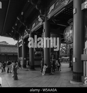 Asakusas Buddhistic zen célèbre temple Senso-ji capturés durant la lumière chaude soirée artistique dans une image monochrome, le Japon octobre 2018 Banque D'Images