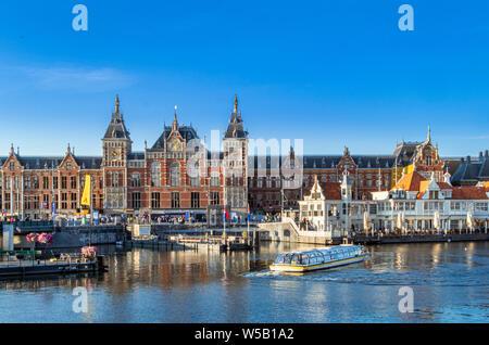 Embarcadère pour les croisières sur les canaux à la gare centrale, Centraal, Amsterdam, Pays-Bas, Europe