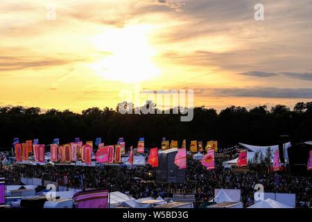 Malmesbury, Wiltshire, Royaume-Uni. 26 juillet 2019. Le soleil se couche sur le Festival WOMAD (World of Music Arts and Dance) le samedi 27 juillet 2019 à Charlton Park, Malmesbury. Un jour de temps mitigé, les nuages permettent au soleil de briller à travers qu'il établit. Photo par Julie Edwards Banque D'Images