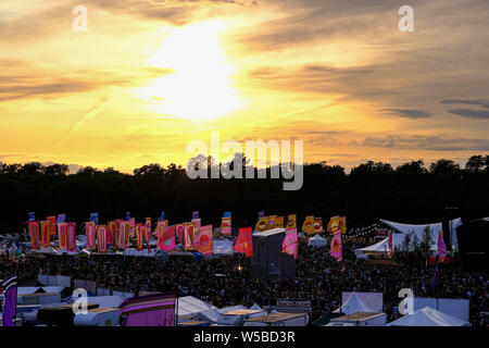 Malmesbury, Wiltshire, Royaume-Uni. 26 juillet 2019. Le soleil se couche sur le Festival WOMAD (World of Music Arts and Dance) le samedi 27 juillet 2019 à Charlton Park, Malmesbury. Un jour de temps mitigé, les nuages permettent au soleil de briller à travers qu'il établit. Photo par Julie Edwards. Banque D'Images