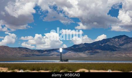 L'énergie solaire concentrée, CSP de l'usine. Et la tour des miroirs, l'énergie thermique solaire, ciel bleu avec des nuages, printemps de désert, United States Banque D'Images