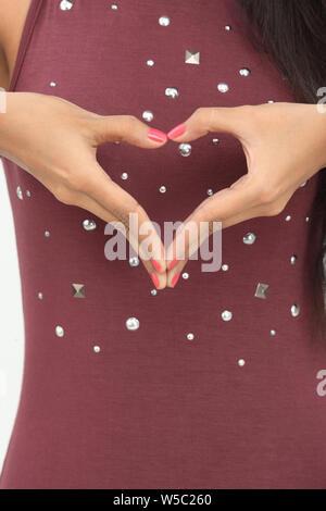 Indian woman making heart shape avec ses mains Banque D'Images