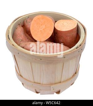 Les patates douces dans le seau en bois isolé sur fond blanc Banque D'Images