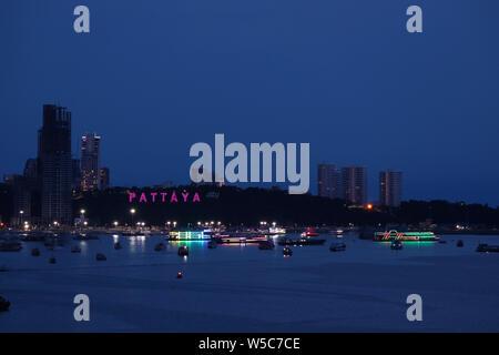 Vue aérienne impressionnante de Pattaya Beach Côte de nuit, la ville de Pattaya, Thaïlande