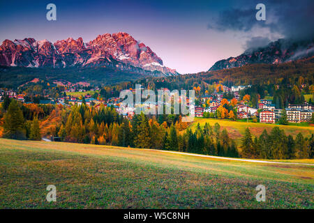 Alpine Resort Populaire avec soleil magique et de hautes montagnes enneigées en arrière-plan, Cortina d'Ampezzo, Dolomites, Tyrol du Sud, Italie, Europe Banque D'Images