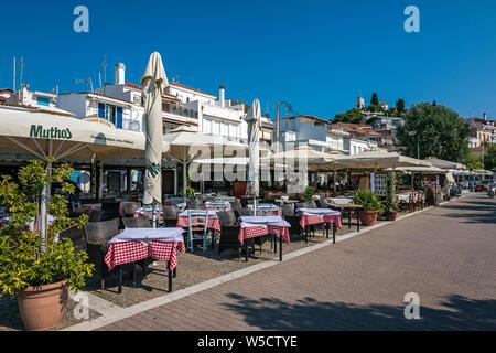 Restaurants au bord de mer à Skiathos, Sporades du Nord de la Grèce. Banque D'Images