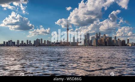 Toronto city skyline at journée ensoleillée