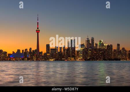 Toronto city skyline au coucher du soleil de l'été à Toronto, Ontario, Canada. Banque D'Images